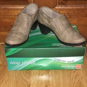 Easy Street comfort wave shooties. Size 6.5M